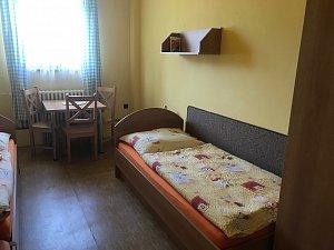 Třílůžkový pokoj se společným sociálním zařízením